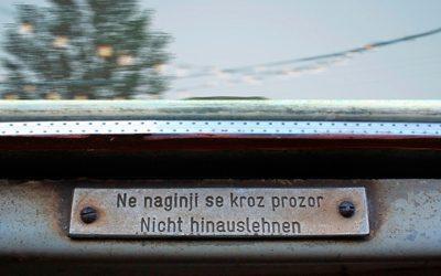 Ne naginji se kroz prozor | Do Not Lean Out
